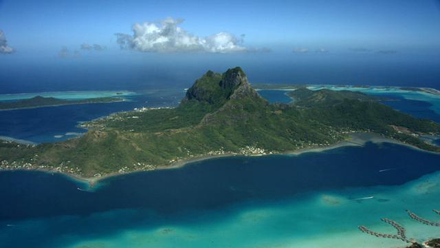 Vue aérienne de bora bora en polynésie, image de bleu lagon productions